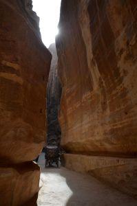 Droga pzez Siq prowadzi k sercu Petry - fasadzie Skarbca wykutego w różowym piaskowcu